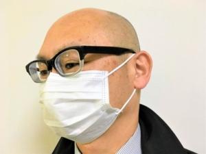 マスク姿の男性